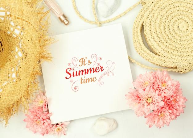 Mockupkader met bloemen en de zomerelementen