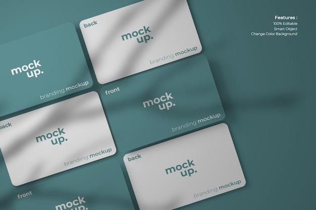 Mockups voor visitekaartjes, netjes gerangschikt op de vloer