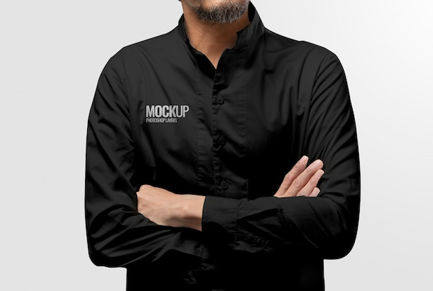 Model draagt een zwart shirt