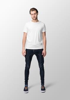 Model man met ronde hals wit t-shirt mockup, vooraanzicht