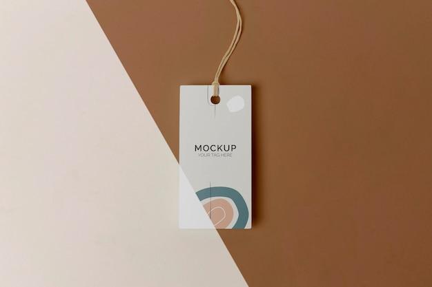 Model met producttag in bovenaanzicht