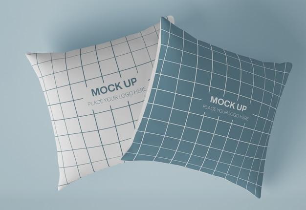 Model mockup met twee vierkante kussens