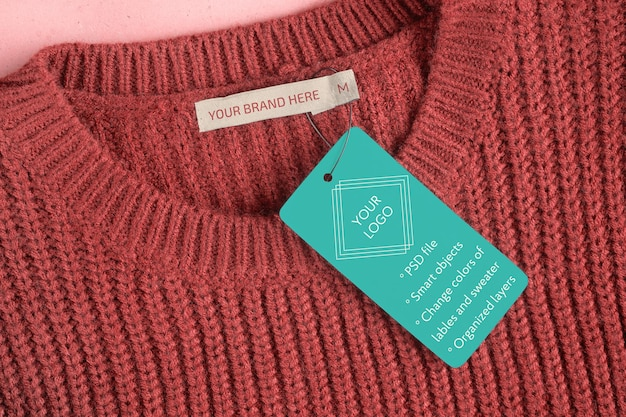 Model van een label en een label aan de binnenkant van de hals van een wollen trui