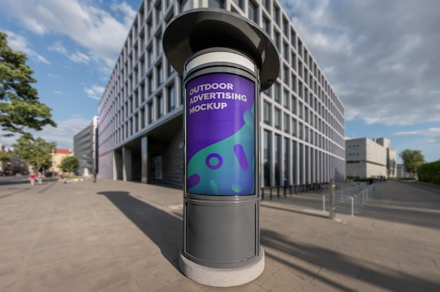 Model van openlucht verticale reclamecabine op de bestrating van de stadsstraat