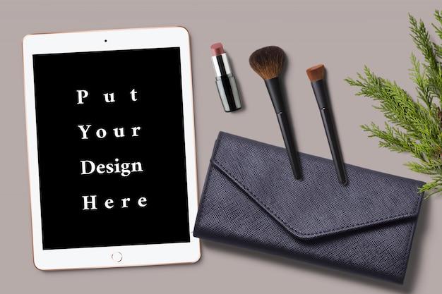 Model van tabletscherm met kleine tas en make-up