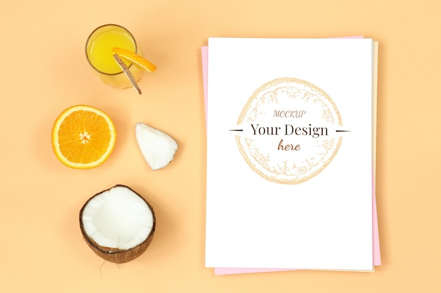 Modelbrief op oranje achtergrond met sap, kokosnoot en citrusvrucht