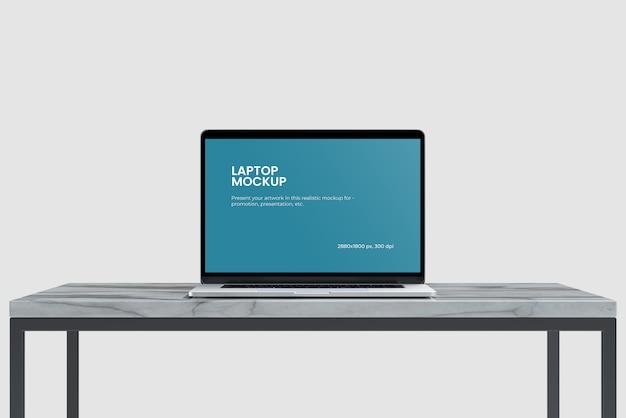 Modello del computer portatile sulla vista frontale della scrivania