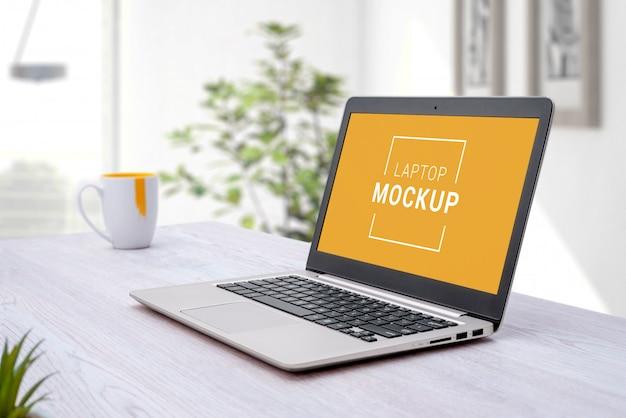 Modello del computer portatile sullo scrittorio.