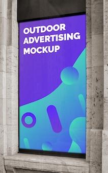 Modello del manifesto verticale dell'insegna di pubblicità all'aperto della città della via sulla finestra