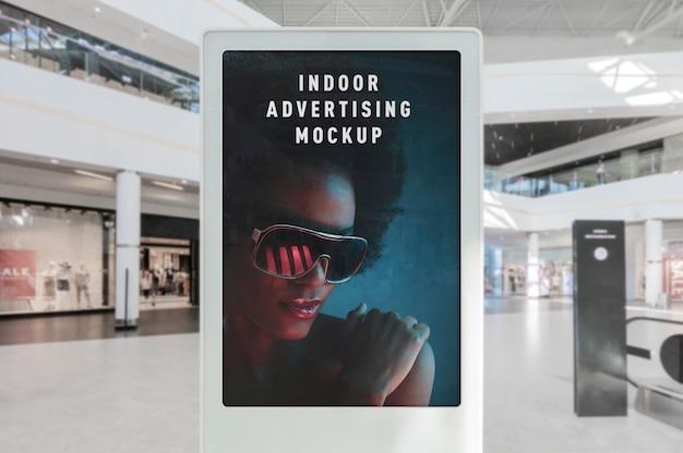 Modello del supporto bianco del manifesto verticale di pubblicità dell'interno nel centro di rumore metallico del negozio del centro commerciale