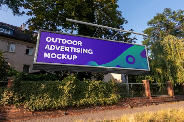 Modello del tabellone per le affissioni orizzontale di pubblicità all'aperto della città della via nella struttura del metallo
