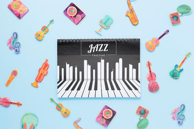 Modello del taccuino di concetto di musica su fondo blu