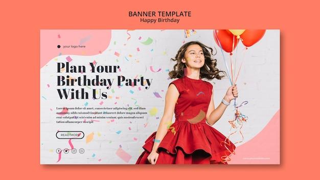 Modello della bandiera di buon compleanno con ragazza in abito rosso