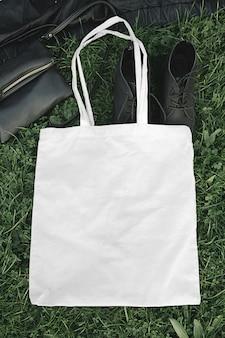 Modello della borsa di tela di eco del tessuto di vista superiore della città della via nella scena all'aperto di estate