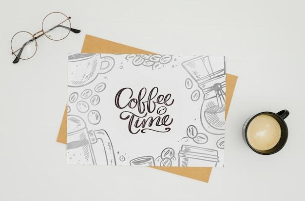 Modello della carta di tempo del caffè su fondo bianco