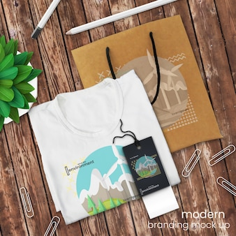 Modello della maglietta logo e modello del sacchetto della spesa sulla tavola di legno rustica con l'etichetta e la decorazione di vendite, derisione di psd su