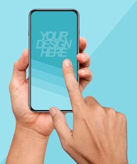 Modello delle mani che tengono e che toccano su uno smart phone