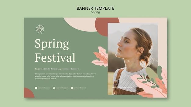 Modello di banner donna primavera all'aperto