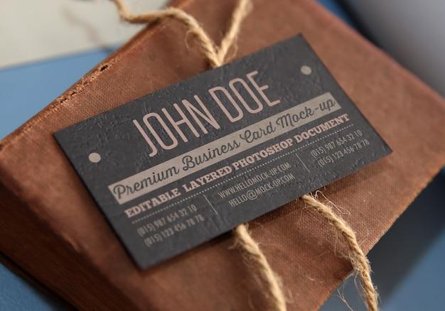 Modello di biglietto da visita con vecchio libro e corda