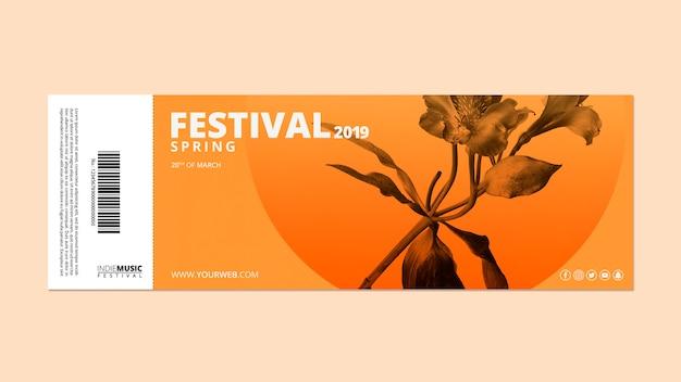 Modello di biglietto di ingresso con il concetto di festival di primavera