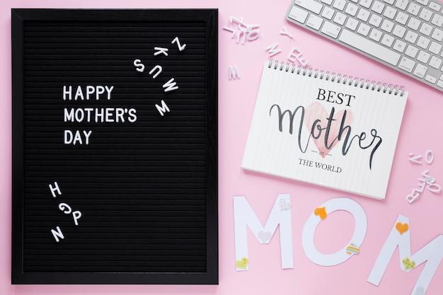 Modello di blocco note con il concetto di giorno di madri