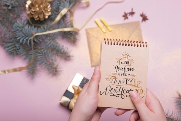 Modello di blocco note con il concetto di nuovo anno