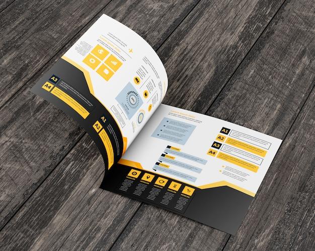Modello di brochure quadrato sulla superficie in legno