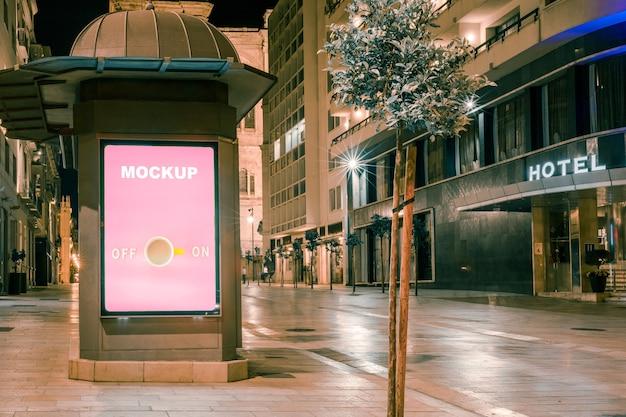 Modello di cartellone pubblicitario di fronte all'hotel