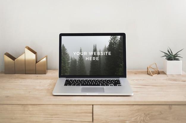 Modello di computer portatile sullo scrittorio di legno