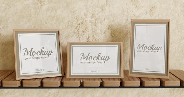 Modello di cornice a tre poster con dimensioni diverse sulla mensola a muro