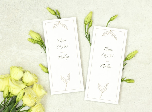 Modello di menu di nozze con bouquet di rose