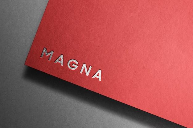 Modello di parola d'argento su carta rossa