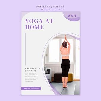 Modello di poster di yoga a casa