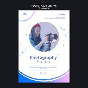 Modello di poster donna e fotocamera moderna