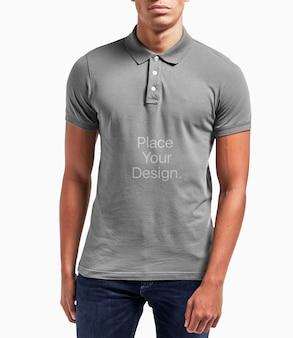 Modello maschile polo shirt mockup