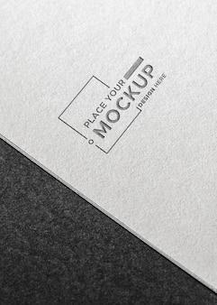 Modello piatto biglietto da visita laico su sfondo grigio