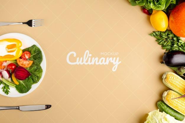 Modelo culinario con verduras y arreglo de platos y cubiertos.
