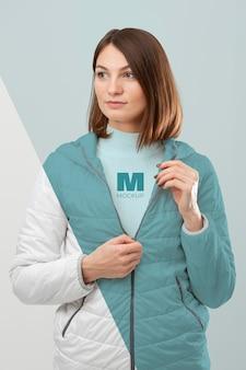 Modelo vistiendo ropa de abrigo maqueta tiro medio