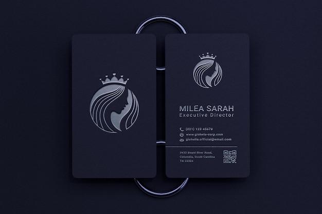 Modern en elegant verticaal visitekaartjemodel met zilveren logo boekdrukeffect