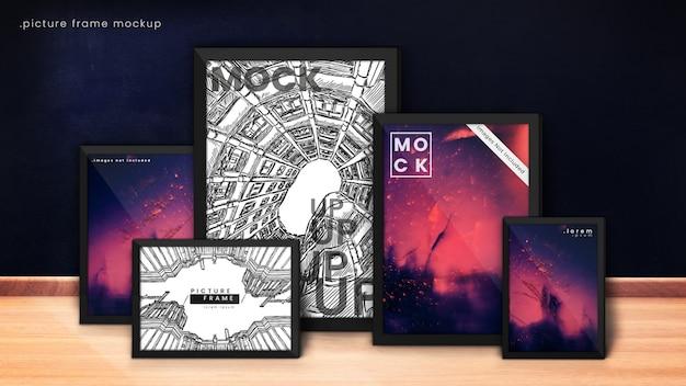 Modern fotolijstmodel van vijf fotolijsten in donkerblauwe, mystieke kamer met houten vloer.