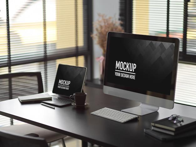 Modern interieur kantoorontwerp met computer en laptop mockup