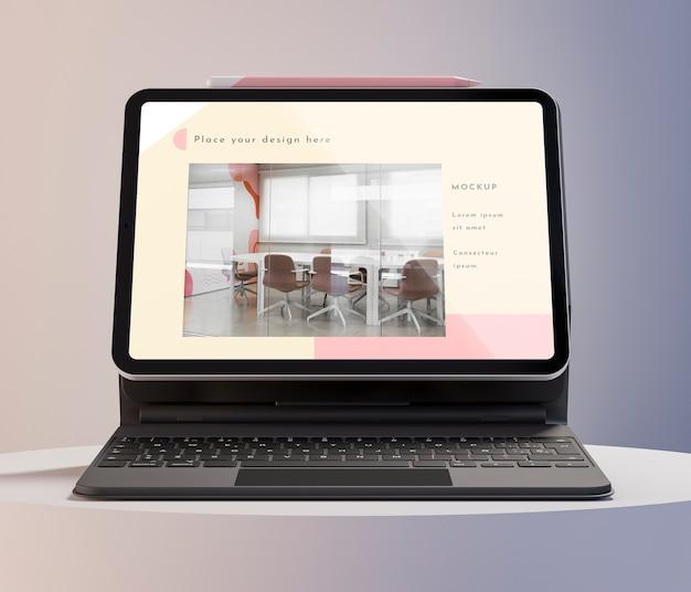 Moderne tablet met assortiment aan toetsenbord bevestigd