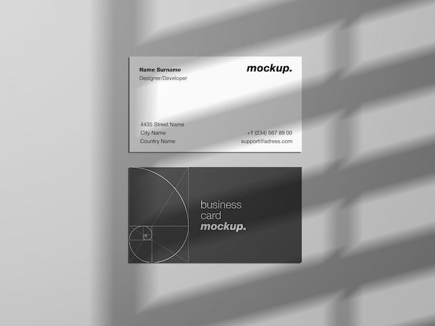 Moderne visitekaartjes mockup sjabloon met schaduw-overlay