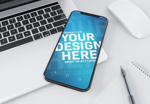 Moderno teléfono inteligente acostado en una maqueta portátil