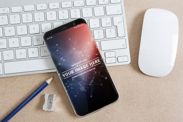 Moderno teléfono inteligente en una maqueta de escritorio