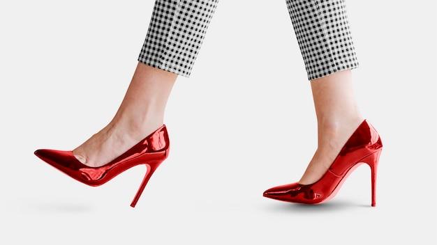 Modieuze vrouw in rode glanzende hakken mockup