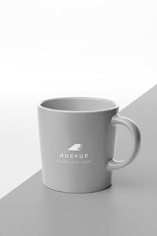 Mok met koffiemodel op tafel