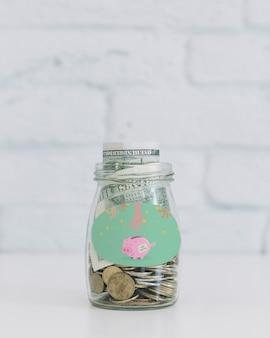 Monedas en recipiente