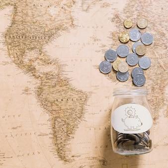 Monedas sobre mapa del mundo