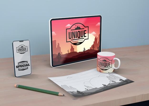 Monitor y boceto de hoja en maqueta de escritorio